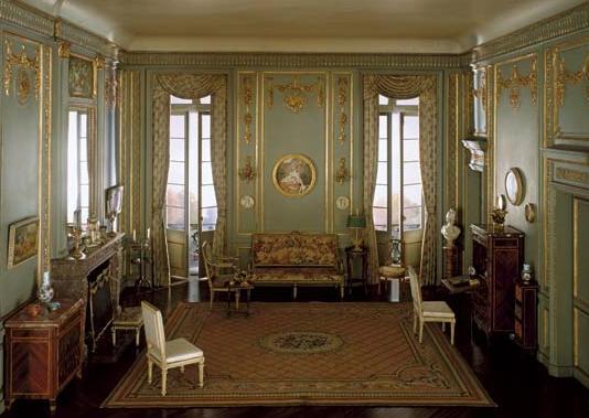 Un soggiorno in stile Luigi XVI.