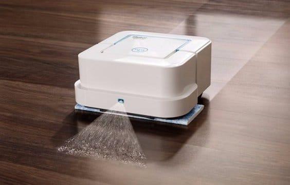 Un robot aspirapolvere e lavapavimenti.