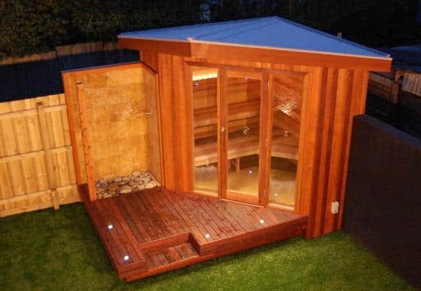 Una sauna esterna in giardino.