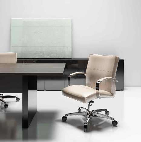 Una sedia ergonomica da ufficio in pelle.