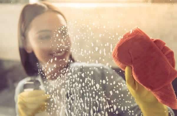 Togliere il calcare dalla cabina doccia può essere difficile.