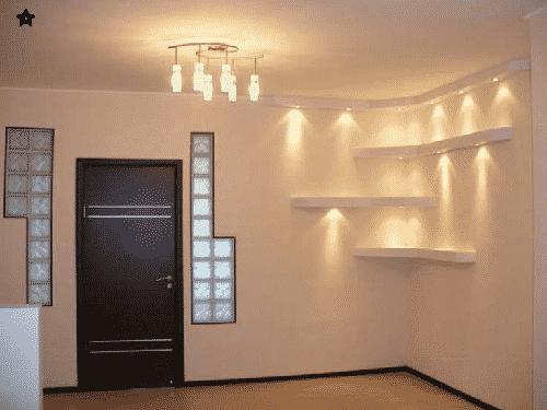 Bellissima parete in cartongesso con mensole realizzate su interno casa