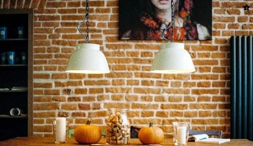 Bellissima parete in mattoni a facciavista su interno casa