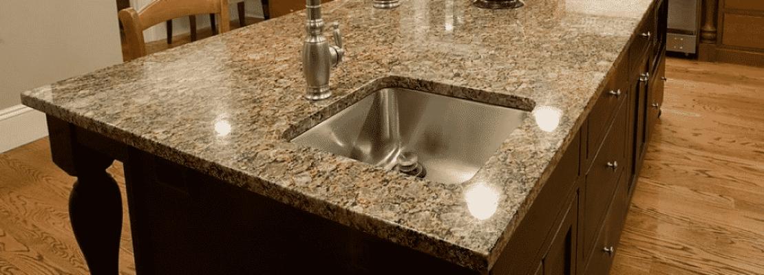 Immagine di top in granito color marrone scuro per cucina