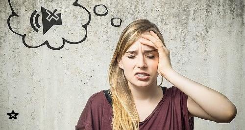 Donna con mal di testa per colpa dei rumori dell'impresa di ristrutturazione