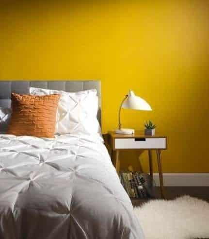 Parete di camera di color giallo