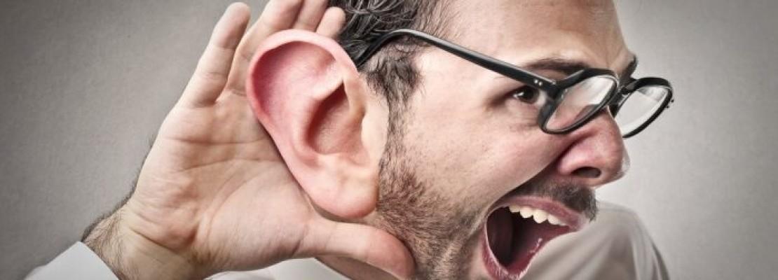 Persona che ascolta un segreto