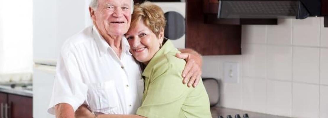 Immagine di anziani su casa appena ristrutturata e resa su misura per loro