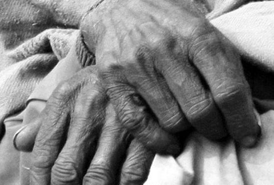 Immagine di mani di anziano