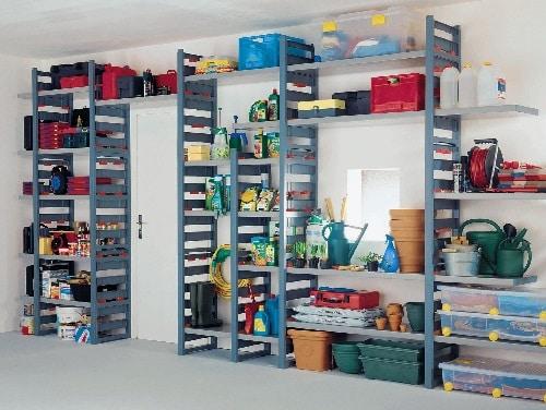 Scaffali su garage con tutto organizzato