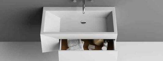 Un mobiletto con lavabo per bagno