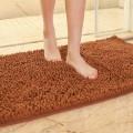 Un tappetino da bagno color marrone