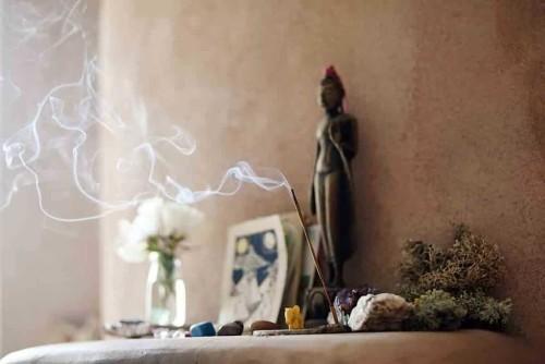 Un altare etnico per casa con Buddha