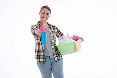 Ragazza con prodotti per pulire