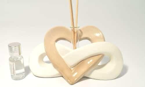 Un diffusore con bastoncini a cuore