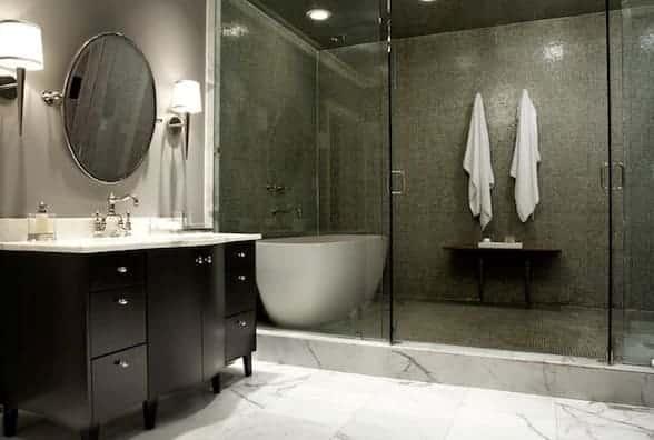 In un bagno cieco la scelta della vasca o della doccia è fondamentale.
