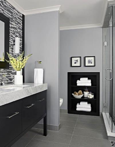 Il contrasto di colori permette di giocare con l'illuminazione di un bagno cieco.