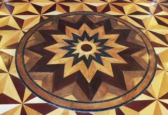 Parquet a mosaico con disegno artistico.