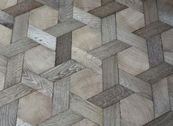 Parquet geometrico in legno chiaro.